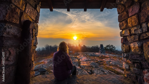 Fotografiet Woman watching the sunset along the Appalachian Trail in Stokes State Forest, Ne