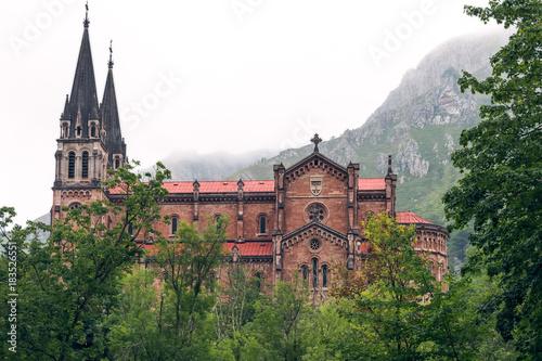 Fotografie, Obraz  Monumento histórico de la Basílica de Santa María de Covadonga, Asturias, España