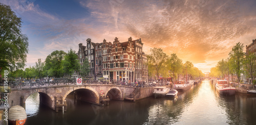 Valokuvatapetti Amsterdam city sunset