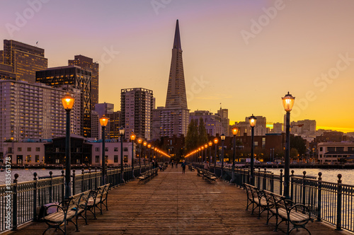 Keuken foto achterwand San Francisco Downtown San Francisco and the Transamerica Pyramid at Christmas from wooden Pier 7 at sunset