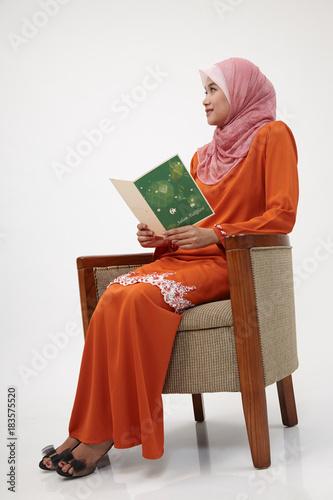 Fotografía  malay girl with tudung with greeting card