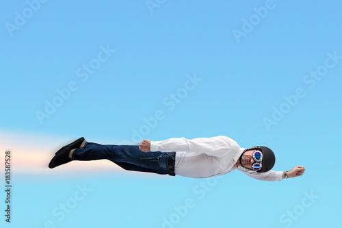 Valokuva Superheld vor blauem Himmel
