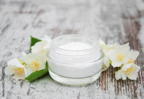 Cuadros en Lienzo Moisturizing cream with jasmine flowers