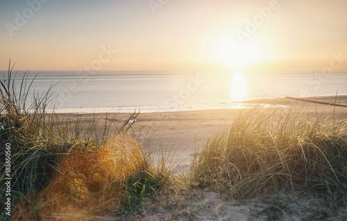 widok-na-ocean-o-zachodzie-slonca-nad-wydmami-nad-baltykiem