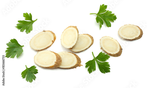 Fotografía sliced horseradish root with parsley isolated on white background