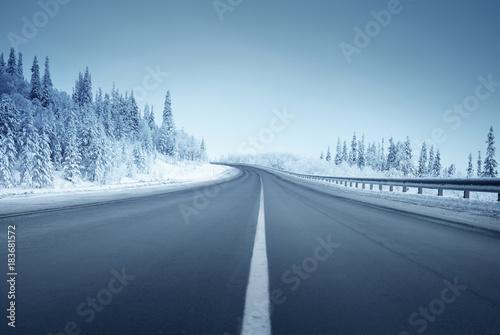 droga-w-zimowym-lesie