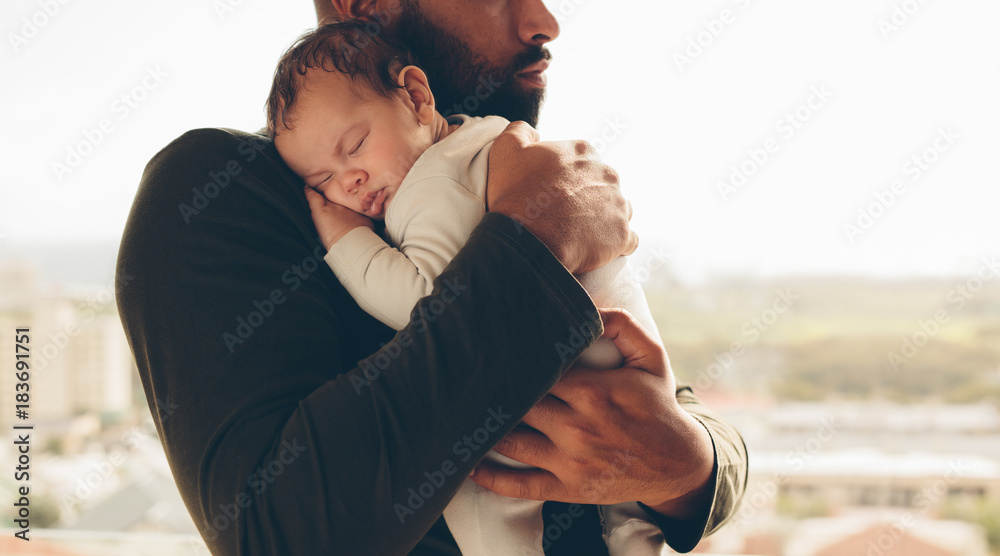 Photo  Newborn baby boy in his father's arms