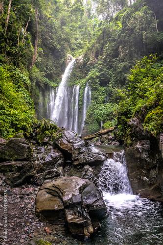 Photo  magestic and big waterfall in bangli area in bali. indonesia