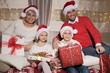 Rodzina na kanapie z prezentami podczas Świąt Bożego Narodzenia
