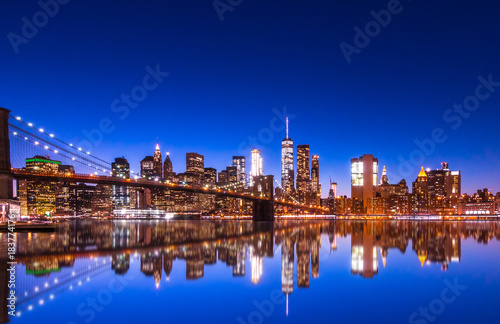 Photo Stands New York City Panoramic landscape view of Manhattan with famous Brooklyn Bridge at dusk .