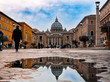 Basilica de San Pedro en Vaticano reflejada en un charco de agua en la calle