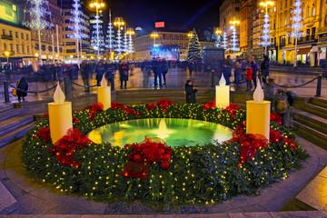 Manduševačka fontana na trgu bana Jelačića ukrašena adventskim vijencem u sklopu Adventa u Zagrebu