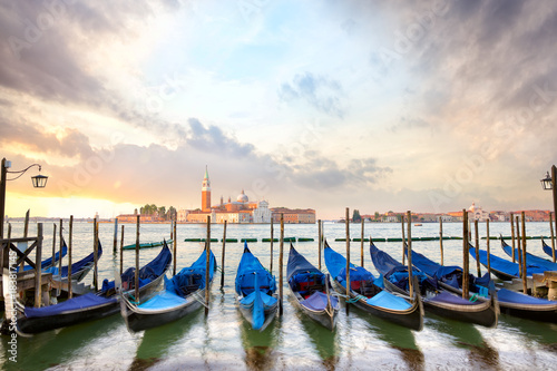 Foto op Plexiglas Venetie Gondolas with San Giorgio Maggiore church at sunrise in Venice, Italy