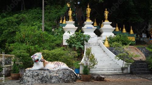 Keuken foto achterwand Temple au pied des escaliers de tiger cave temple