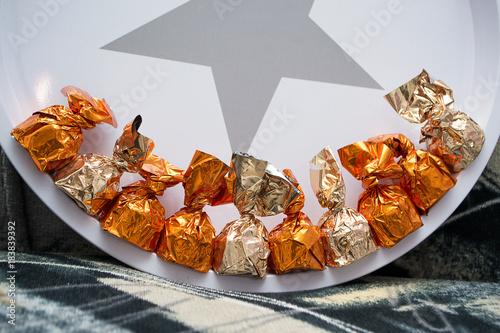 Foto op Aluminium Snoepjes Конфеты в ярких упаковках на сером фоне.