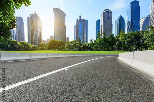 Photo  Asphalt highway and modern city commercial buildings in Shanghai,China
