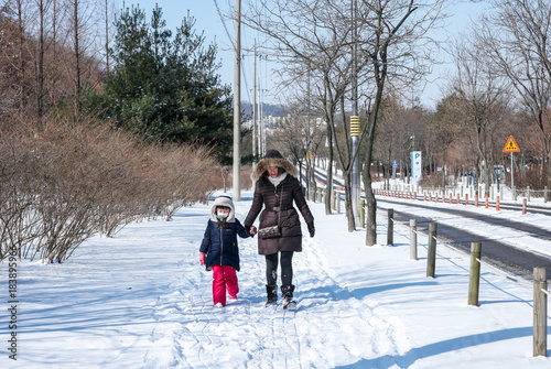 Fotografía  추운겨울 눈길을 걷고있는 모녀