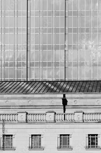 abstrakcjonistyczna-architektura-strzelajaca-stary-budynek