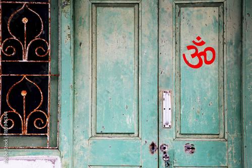 Om-Zeichen an einer Tür in Indien