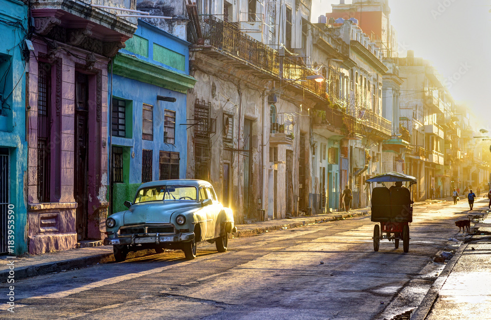 Fotografiet Street scene in Old Havana (La Habana Vieja), classic car, bicitaxi and people g
