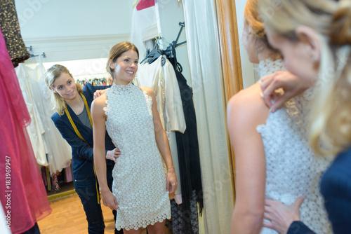 Foto fashion designer fitting a model