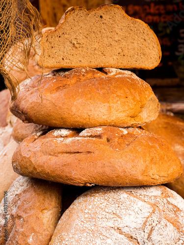 Fotografie, Tablou  Stoisko z tradycyjnym chlebem na targach zdrowej żywności