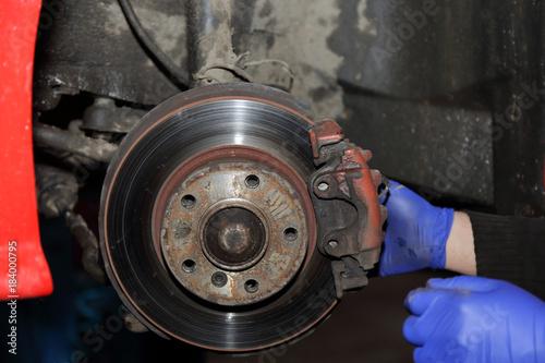 Photo Narawa hamulca samochodu, dłonie mechanika.
