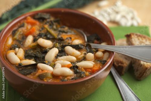 Zuppa di cavolo nero e fagioli cannellini, piatto tradizionale della cucina italiana