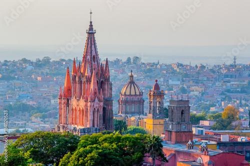 Fototapeta premium Meksyk - Historyczna katedra w San Miguel de Allende
