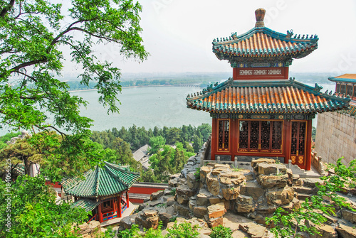 Photo Stands Beijing Emperor's summer palace in Beijing with lake in the background