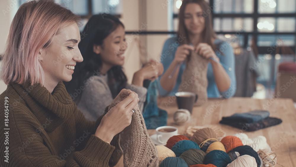 Fototapety, obrazy: Girls with knitting needles