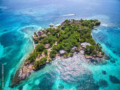 Staande foto Eiland Aerial view of Isla del Pirata at Rosario Islands (Islas del Rosario) off the coast of Cartagena de Indias, Colombia.