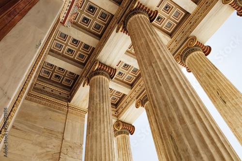 Obrazy Ateny  szczegoly-sufitu-i-marmurowe-kolumny-akademii-ateny-w-atenach-grecja-widok-z-dolu