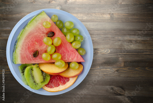 Poster Vruchten sliced fruit on a plate