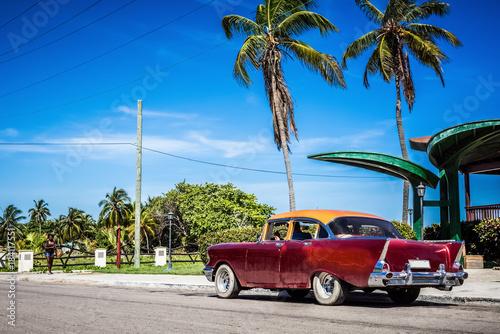 Keuken foto achterwand Caraïben HDR - Amerikanischer roter Chevrolet Oldtimer parkt am Strand unter Palmen in Varadero Cuba - Serie Cuba Reportage