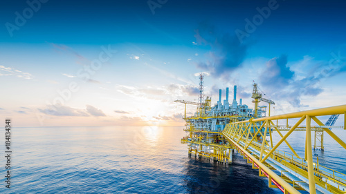 Fotomural  Panorama of Offshore oil and gas construction platform to received raw gas and treat then sent to onshore refinery and petrochemical, Power and energy business