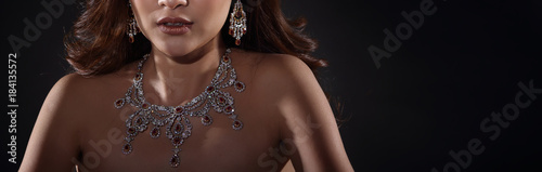 Foto Beautiful Woman with Diamond Bib Necklace for Christmas Holiday Gift