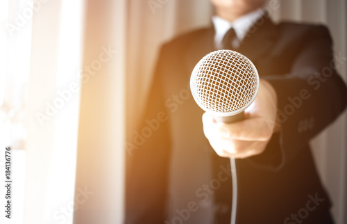 Photo  Journalists filing microphone interviewing to businessman