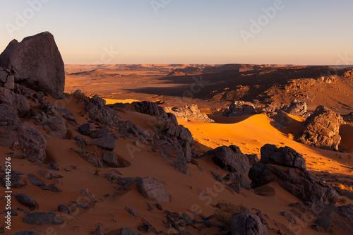 Valokuva  Paysage de sables et de roches dans le Sahara