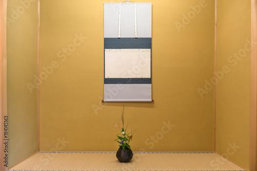 床の間の掛け軸と一輪挿し Canvas Print