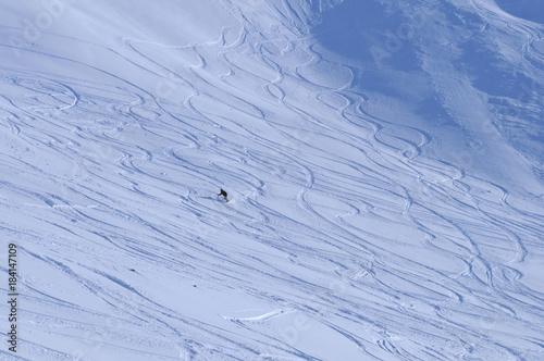 Fotobehang Wintersporten Swiss alps: Snowboarder im Tiefschnee am Rothorn in der Lenzerheide