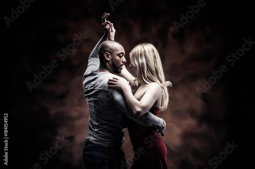 Fotografía Young couple dances Caribbean Salsa