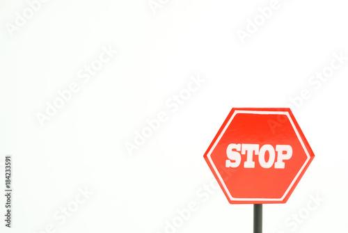 ストップ 止まれの標識 中止、禁止、反対、やめるなどのイメージ 白背景 Fototapet