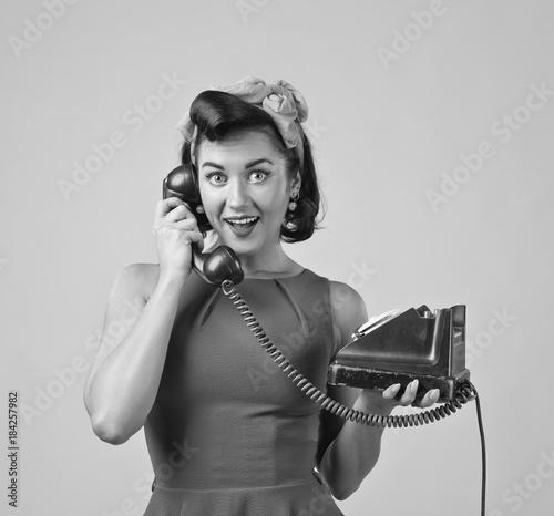 Piękna kobieta z rocznika telefonem.