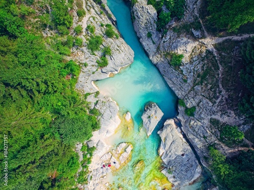 Keuken foto achterwand Luchtfoto aerial view on the mountains river