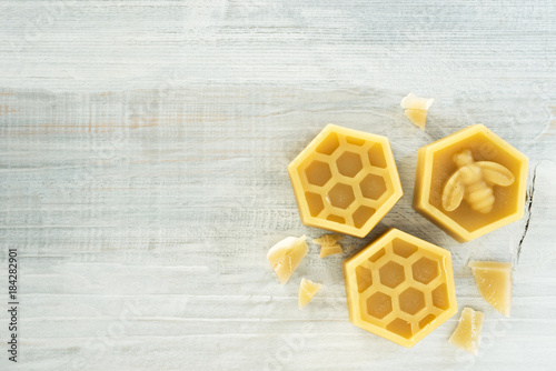 Fotografía  natural beeswax on wooden background.