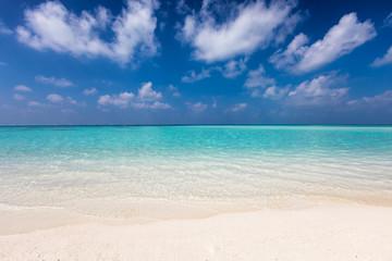 Fototapeta Tropischer Strand mit türkisem Wasser