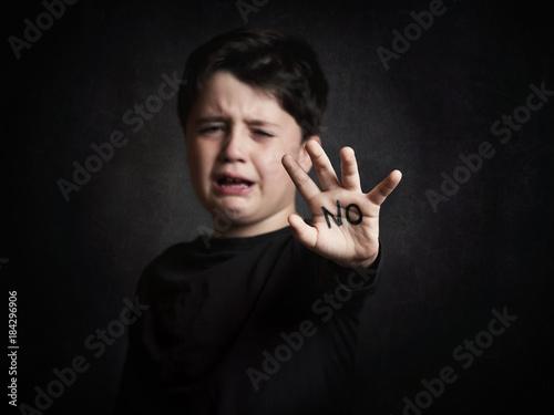 niño maltratado,niño llorando Wallpaper Mural