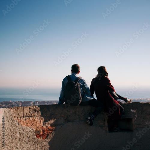 Photo Couple looking at the cityscape