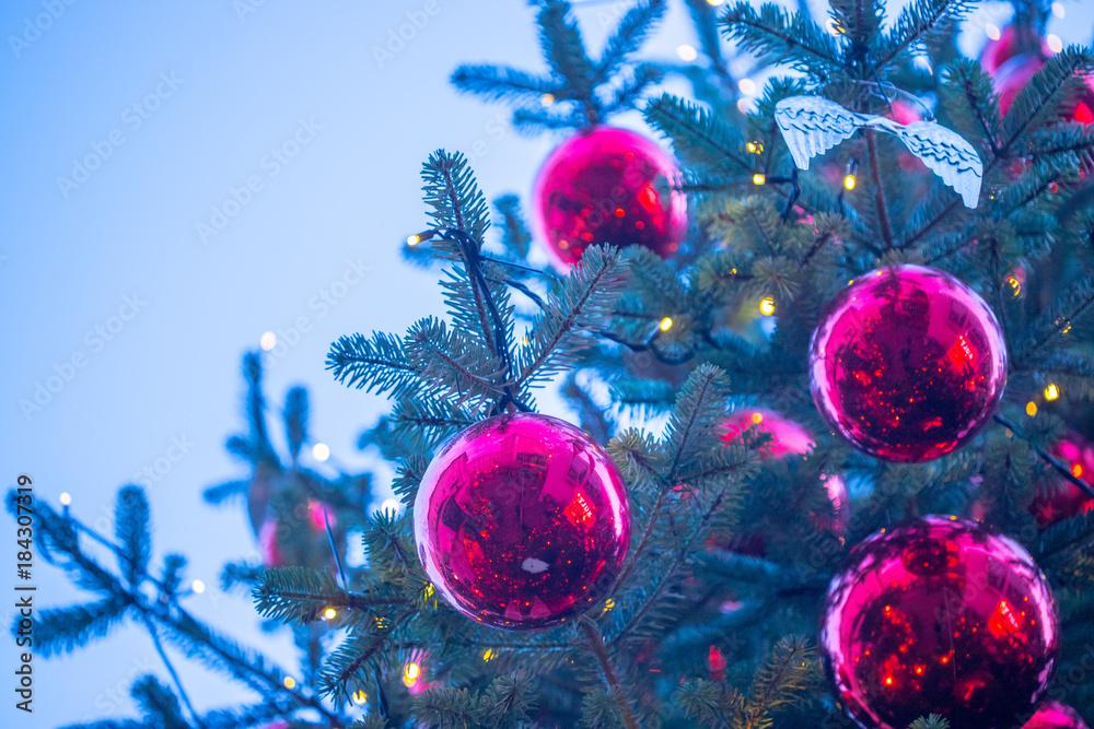 Christbaumkugeln Magenta.Fotografering Billede Rote Christbaumkugeln Auf Christbaum